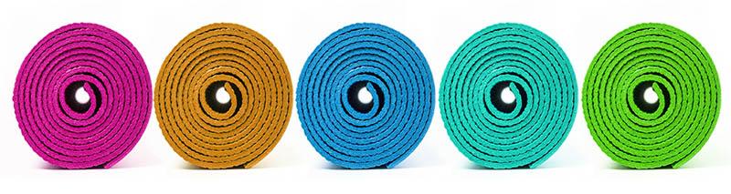 comparaison entre un tapis de yoga pvc et naturel